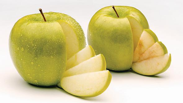 Thanks to gene silencing, Arctic Granny Smith (left) doesn't brown like a conventional Granny Smith (right). (Photo credit: Okanagan Specialty Fruits)