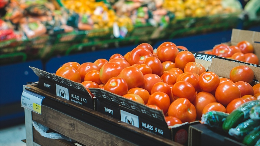 tomatoes-and-other-vegetables-in-grocery-store